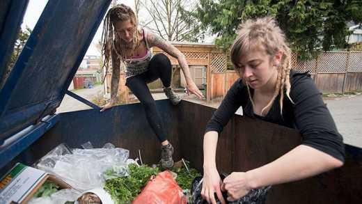 «Встали с колен»: Жители Кемерово вынуждены собирать еду на помойке супермаркета