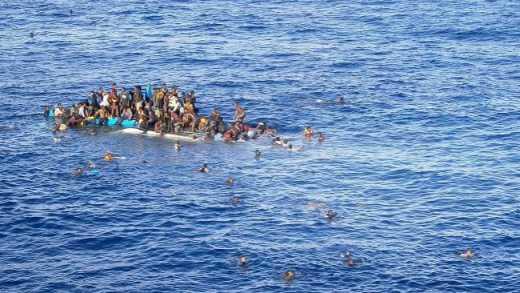 Возле Греции перевернулось судно с беженцами