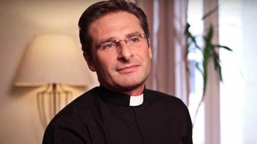 Священник публично заявил, что он – гей