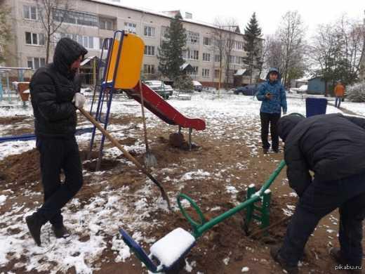 Кандидат «Единой России» сначала построил детскую площадку, а после проиграша выборов снес.