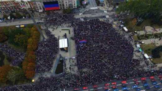«Власти ДНР» дофотошопили людей в отчете о «празднике флага»