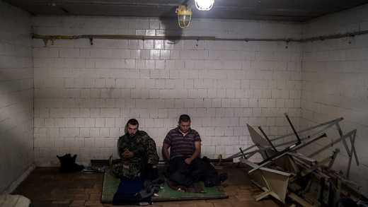 «Шла бы лесом ваша ДНР — валю в Россию»: Как нелояльные ополченцы ДНР сидят в плену у своих же