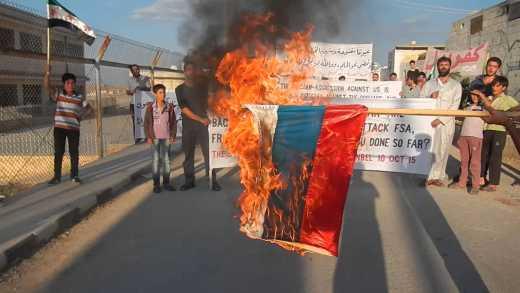 Сирийцы сожгли российский флаг и обвинили Путина в союзе с ИГИЛ