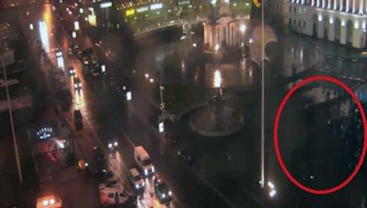 Новая полиция дубинками разогнала первых активистов Майдана, сломав их палатку