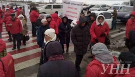 Работники кондитерской фабрики перекрыли трассу «Киев — ЧОП»