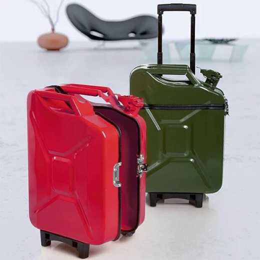 У россиян новая мода: чемодан в виде канистры