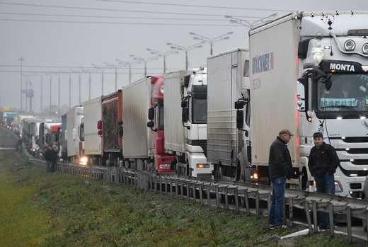 Бастующие дальнобойщики собрались в поход на Москву