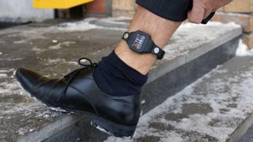 Ногу Павла Губарева «зафиксировали» контролирующим браслетом