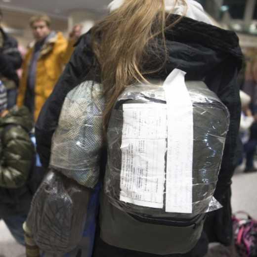 Росіяни фотографуються з багажем, щоб потім довести його наявність