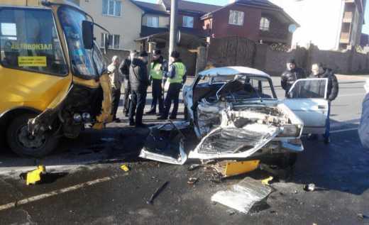 У Рівному автобус роздавив легковик: є жертви