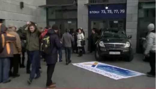 Автомайданівці блокують в'їзд в НСК «Олімпійський»