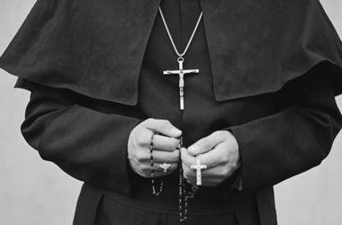Італійський священик з шиком відпочив на пожертвування