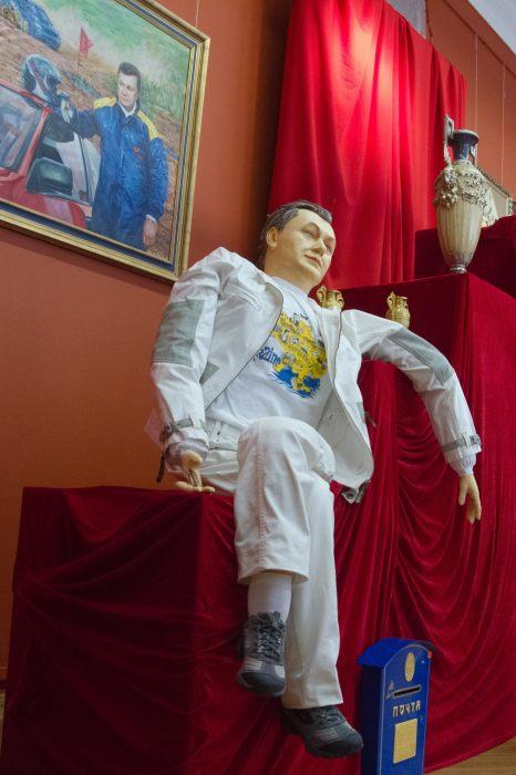 Newsweek: Янукович купається у розкоші