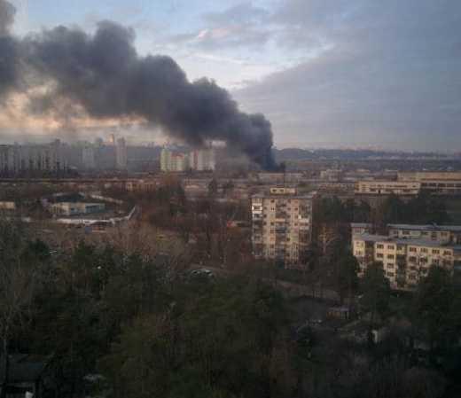 Масштабна пожежа в промзоні Києва