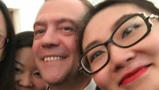 Медведєв і китайські дівчата : чергове селфі російського прем'єра «підірвало» інтернет