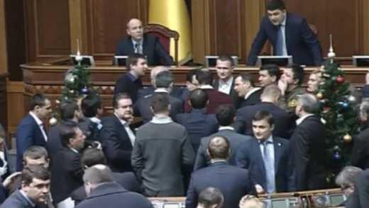 Депутаты заблокировали трибуну парламента