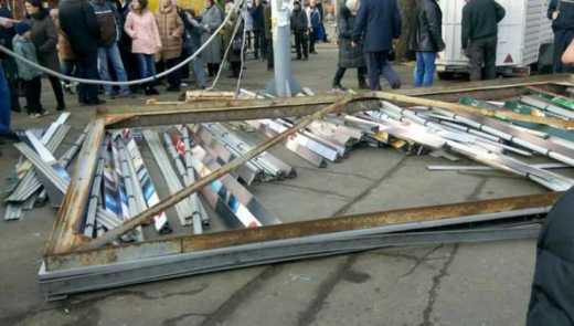 В Черкасах рекламний щит впав на людей: семеро травмованих