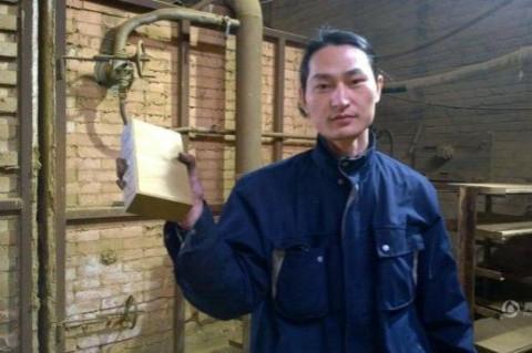 Китаец сделал кирпич из смога в Пекине
