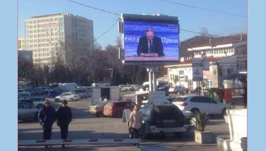 Тысячи крымчан публично проигнорировали пресс-конференцию Путина (ФОТО)