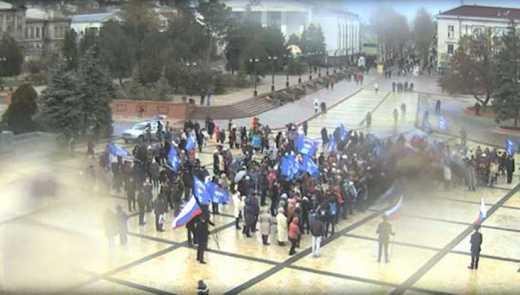 Свет – для Путина: в центр Керчи привезли большой телеекран для выступления президента РФ