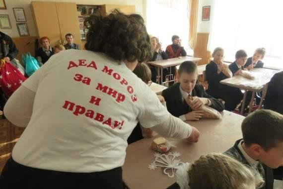 Власти «ДНР» подарили детям на Новый год буханку хлеба (ФОТО)