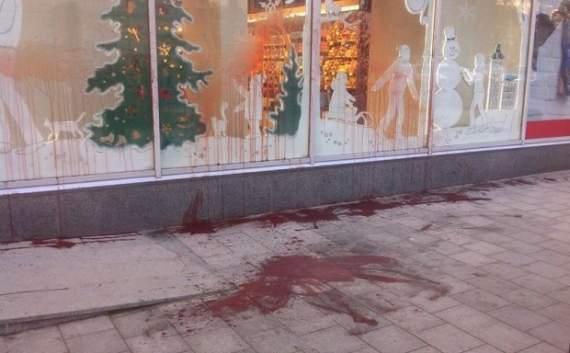 Львів'яни облили фарбою магазин «Рошен»