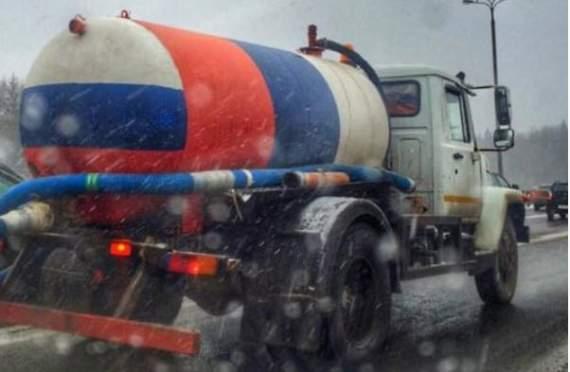 В Москве ассенизатор раскрасили в цвета флага РФ. Водитель г**новоза – троллюга лютого уровня