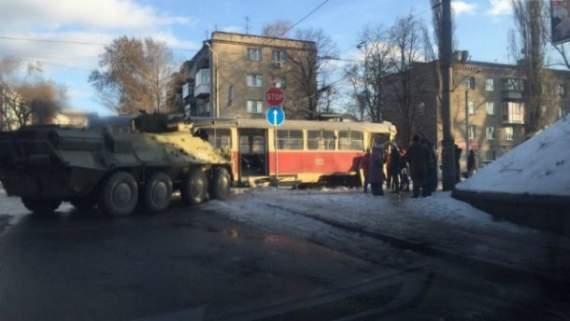 У Дніпропетровську БТР не розминувся з трамваєм