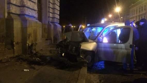 У Львові авто розбилось об Оперний театр