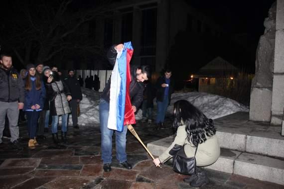 У Черкасах активісти від ВО «Свобода» спалили російський триколор (ВІДЕО)