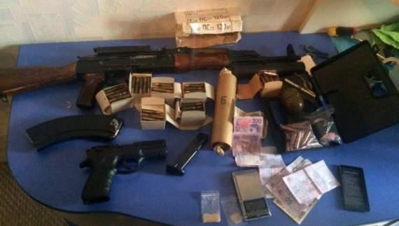 В Запорожье СБУ закрыла нарколабораторию с оружием ФОТО пе