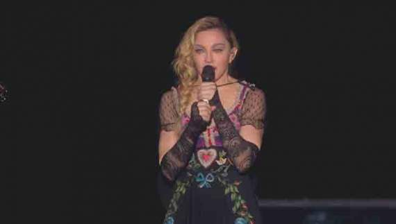 Мадонна впала на коліна після виконання пісні Боуї