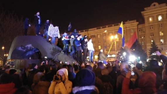 У Дніпропетровську активісти знесли монумент Петровському (ВІДЕО)