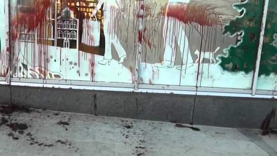 Львів'яни облили кров'ю магазин Порошенка (ВІДЕО)