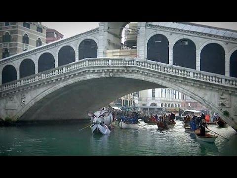 Венеціанці вийшли на грандіозний карнавал
