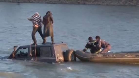 В Ужгороді посеред річки застрягло авто