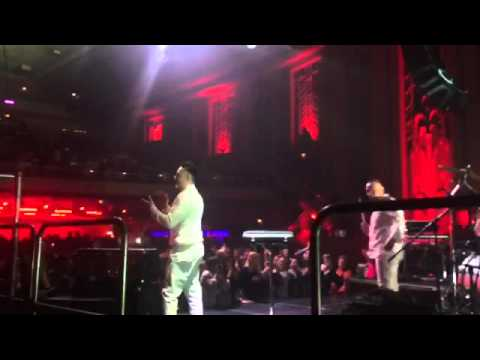 Кароль заспівала гімн України на колінах (ВІДЕО)