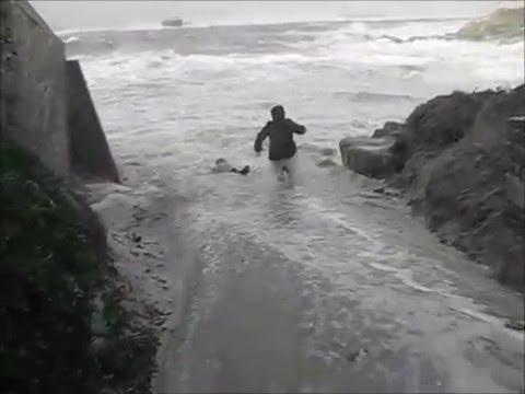 Во Франции волна смыла туристов в море (ВИДЕО)