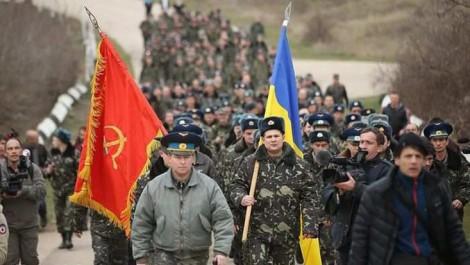 """""""Настоящие офицеры, уехали в Одессу"""": крымчане жестко ответили жене предателя"""