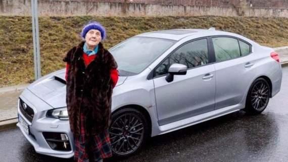 С пенсии насобирала на спорткар: В Польше пенсионерка в 81 год купила себе Subaru WRX STI (ФОТО)