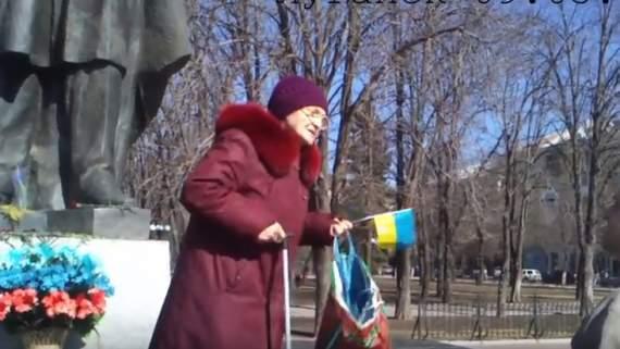 """""""Я на своей земле а вы трутни вонючие"""", – бабушка с украинским флажком в Луганске поставила сепаратистов на место (ВИДЕО)"""