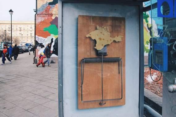 Москвичам оригинально напомнили о Крымнаше, на остановках появились такие плакаты