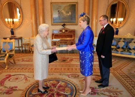 Новый посол Украины в Великобритании Мальвина Галибаренко вручила Королеве грамоты /Фото-ржач/