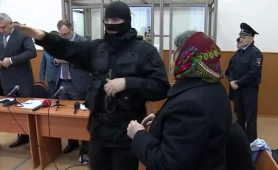 Зигующий рашистский пристав на суде над Савченко /Фото/