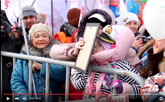 Бабця в Челябінську виціловує портрет Путіна, та ще й дитину до цього привчає