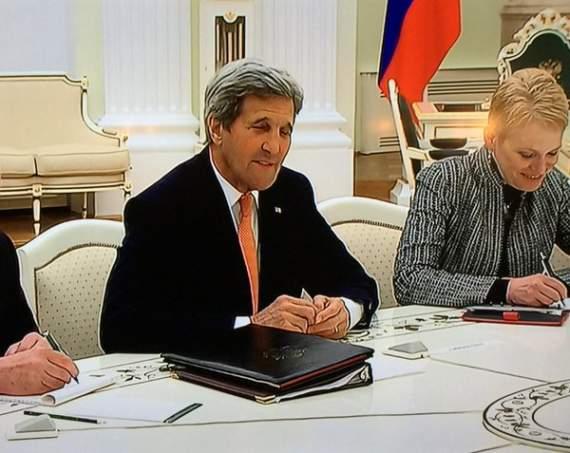 А Керри красава! Нормально троллит Путина по поводу чемодана /видео/