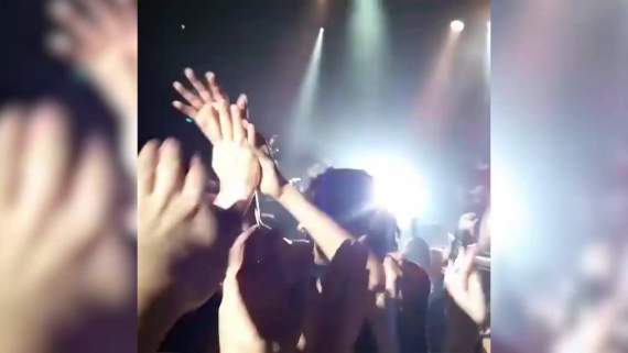 Земфира прыгнула в толпу к зрителям во время концерта в Таллинне /видео/