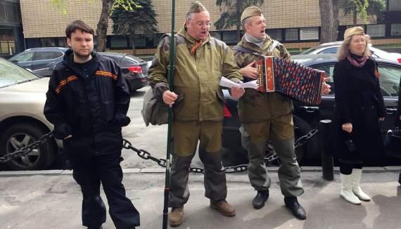 В Москве патриотические активисты закидали яйцами детей, участвовавших в историческом конкурсе