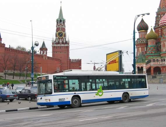 Водитель московского троллейбуса протащил старушку по улице несколько десятков метров и переехал.