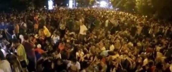 Участники шествия в Ереване прорвали полицейское оцепление